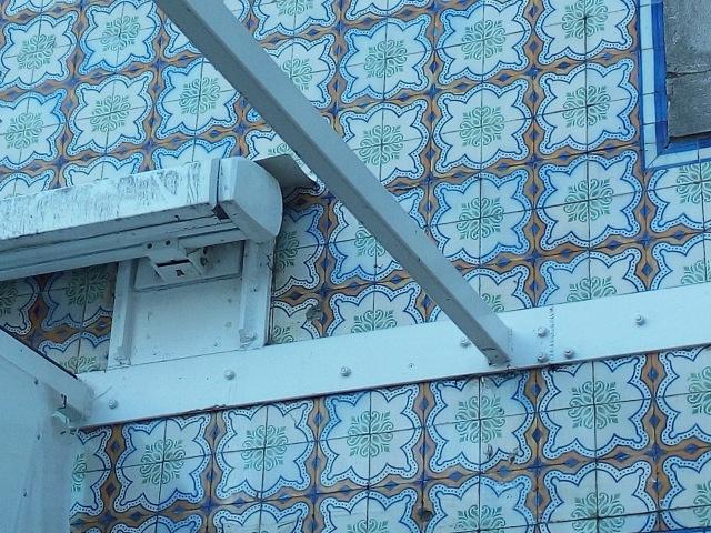 estrutura sobre azulejos Café Central